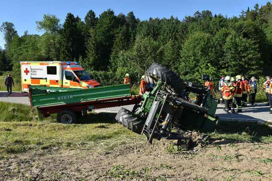 Lebensgefährlich verletzt: Traktor kippt um und begräbt Vater und Kleinkind unter sich