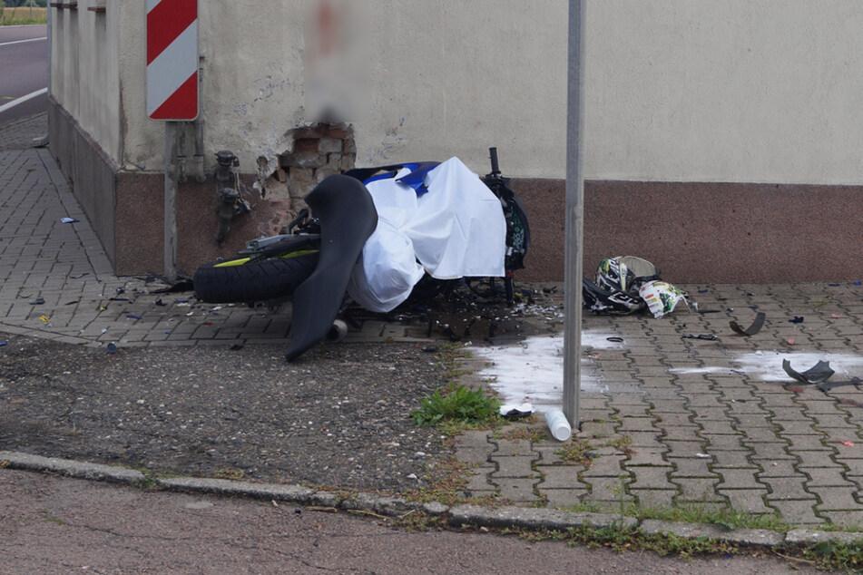 Mann (20) prallt mit voller Geschwindigkeit gegen Hauswand und stirbt