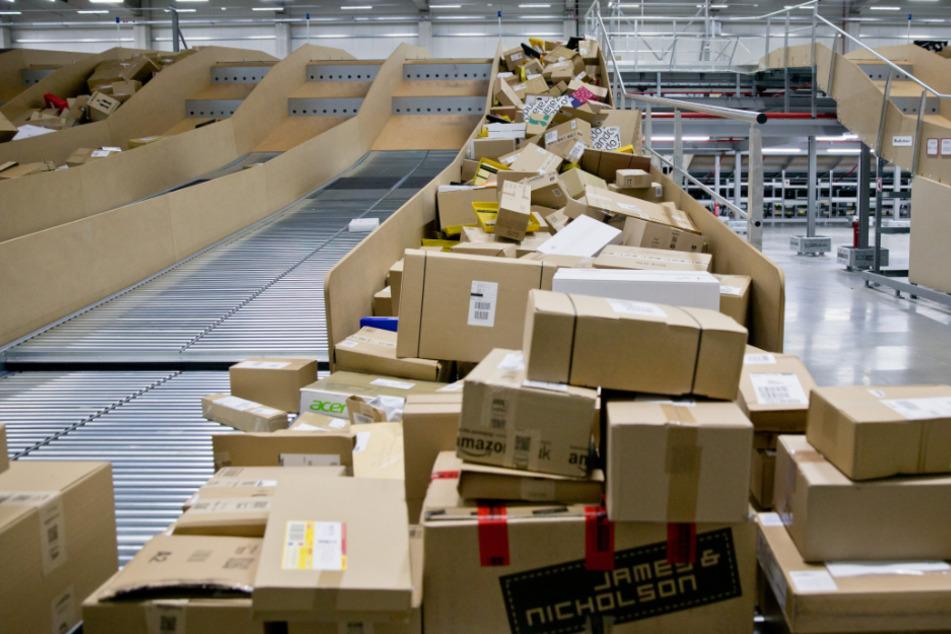 Mitarbeiterinnen eines Frachtzentrums sollen im großen Stil Warensendungen gestohlen haben. (Symbolbild)