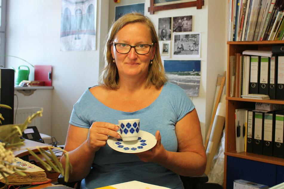 """Schaute als Kind gern die """"genialen Olsenbanden-Streiche"""": Museologin Regina Thiede (51) hat vom legendären Dänen-Dekor erst diese Tasse samt Untertasse besorgen können."""