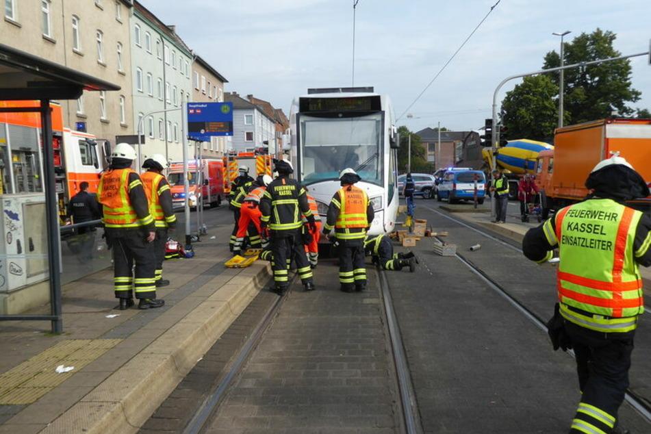 Die unter der Tram eingeklemmte 42-jährige Frau musste von der Kasseler Feuerwehr befreit werden.
