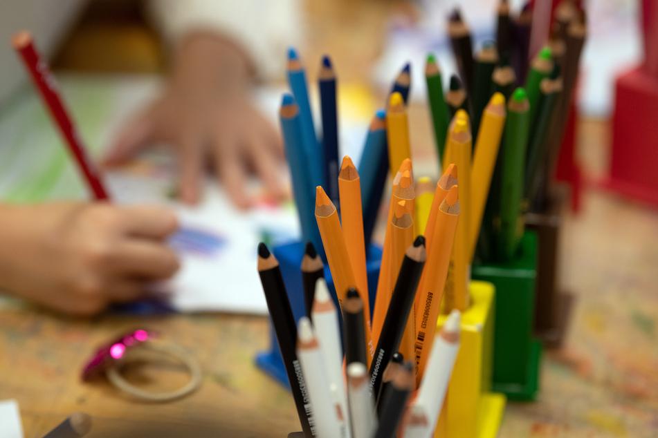 Kinder malen in einer Kita.