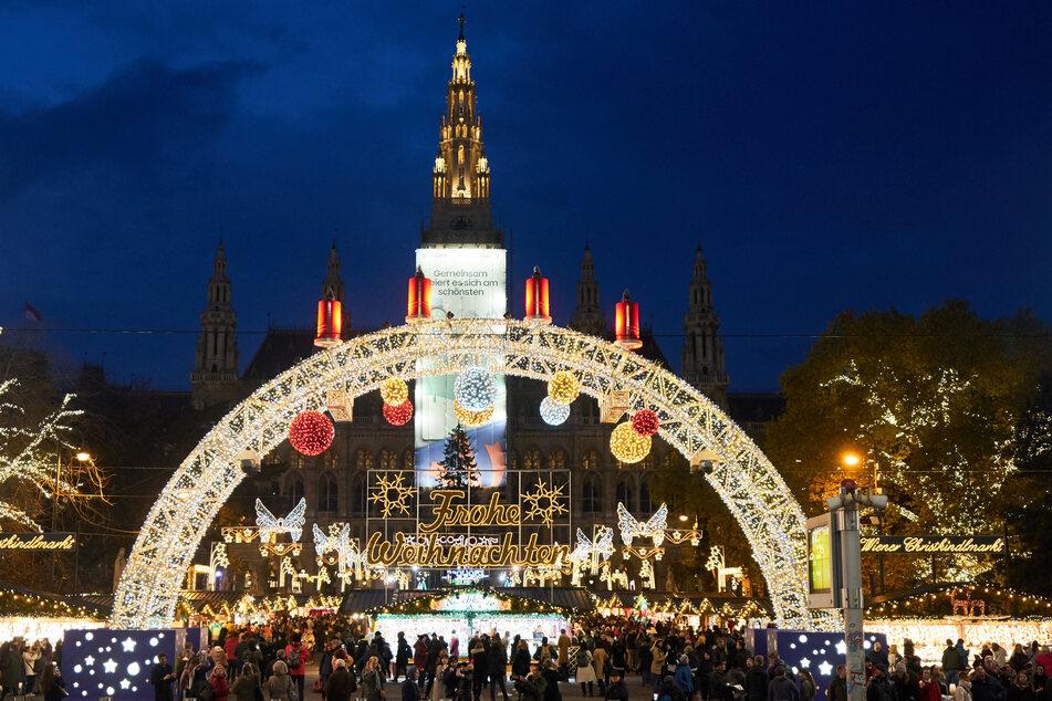 """Zahlreiche Menschen haben sich zur Eröffnung des """"Wiener Weihnachtstraum"""" am festlich dekorierten Rathausplatz eingefunden."""