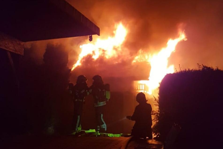 In Chemnitz-Wittgensdorf ist in der Nacht zu Freitag ein Schuppen abgebrannt. Das Feuer griff auch auf eine Garage über.