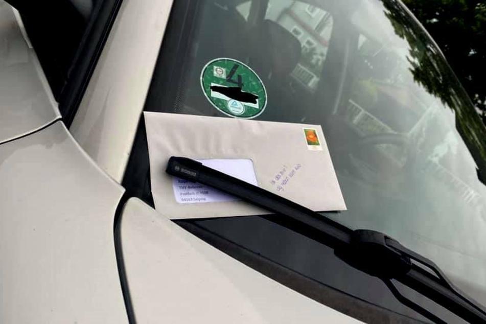 Die besagten Briefe klemmten unter den Scheibenwischern zahlreicher Autos.