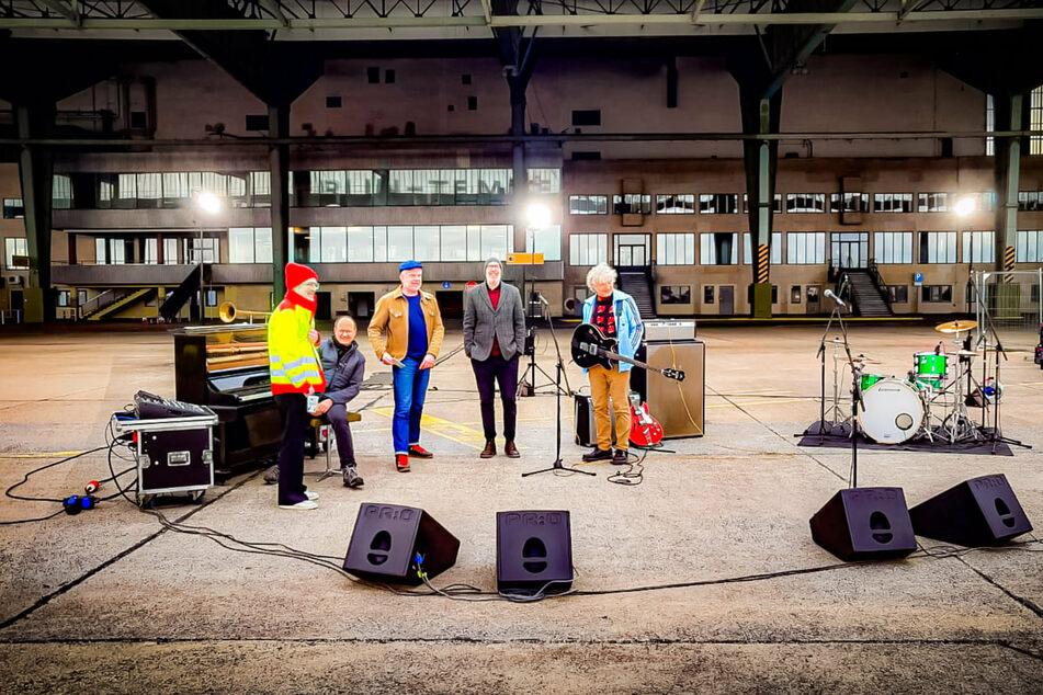 """Die Kölner Band Erdmöbel beim Videodreh zu """"Hoffnungsmaschine"""" auf dem Tempelhofer Feld in Berlin."""