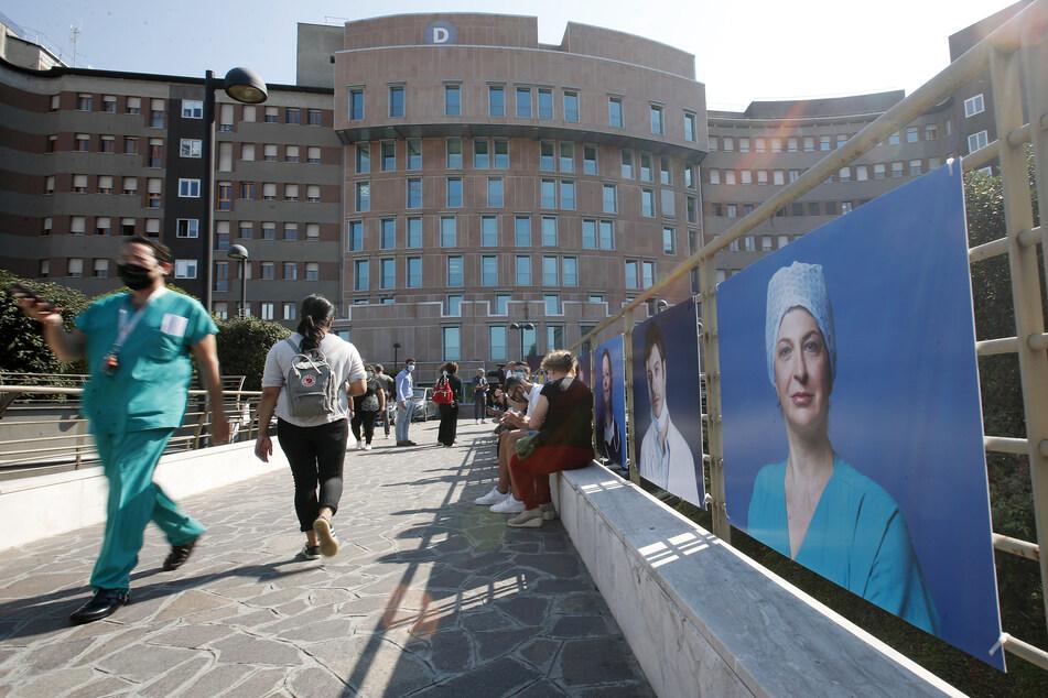 Mailand: Personal, Besucher und Patienten gehen vor dem Krankenhaus San Raffaele, wo der ehemalige italienische Ministerpräsident Berlusconi ins Krankenhaus stationär aufgenommen wurde.