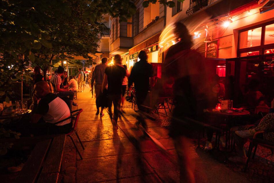 Menschen gehen in der Simon-Dach-Straße und sitzen in Restaurants und Bars. Berlin verzeichnet bei den Corona-Zahlen eine weiter steigende Inzidenz und weist bundesweit die höchsten Zahlen auf. (Symbolfoto)