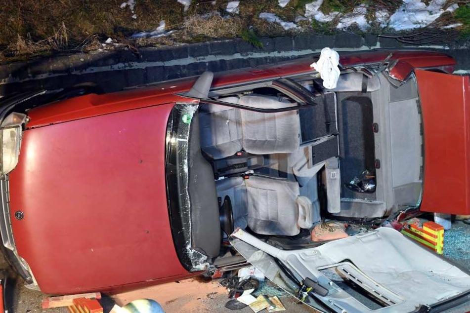 Schwer beschädigt: Das Dach des Unfallwagens fehlt komplett.
