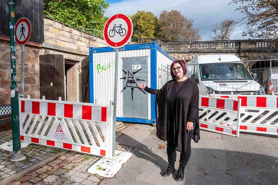 Jessica Grünzig (35) weist Besuchern neben der Baustelle den Weg zu den Gewölbegängen unterm Kaßberg.