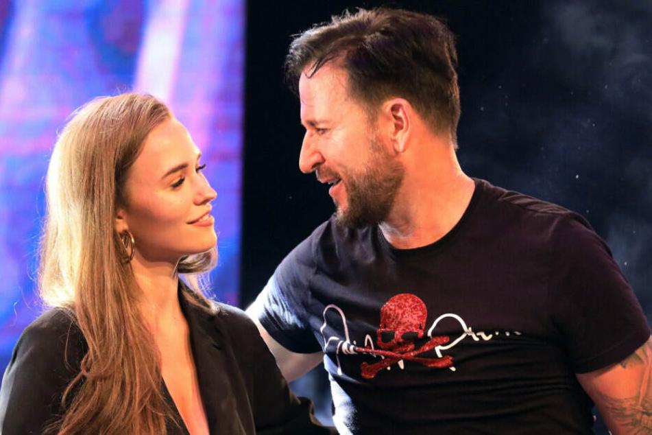 """Laura Müller (l) und Schlager-Sänger Michael Wendler stehen bei der Veranstaltung """"Live in Concert XXL"""" in der Turbinenhalle auf der Bühne."""