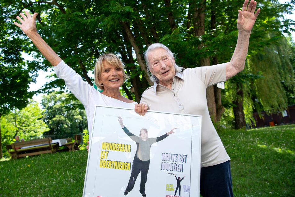 Ein Seniorenheim in München hat mit Bewohnern und Angestellten mehr als 190 berühmte Plattencover und Filmplakate nachgestellt.