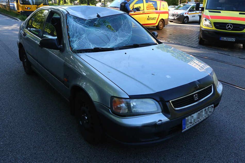 Die Frontscheibe des Hondas ist komplett beschädigt.