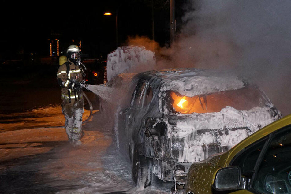 Gegen 4 Uhr musste die Feuerwehr ein brennenden BMW löschen.