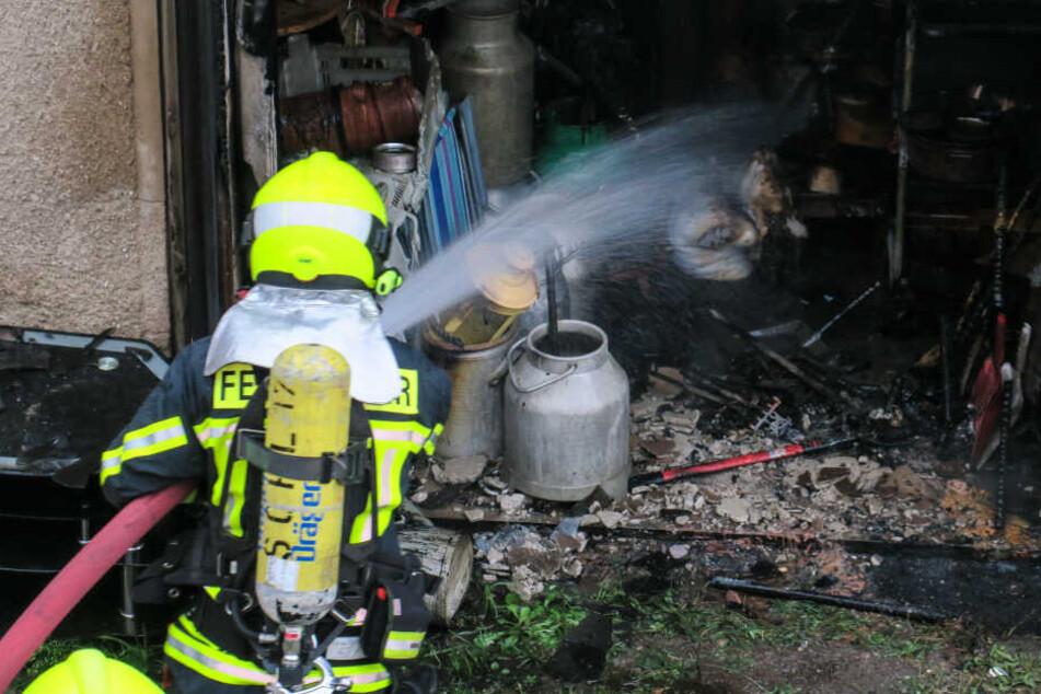 Die Feuerwehr löschte den Brand und räumte dann die Garage aus, um mögliche Glutnester zu finden.