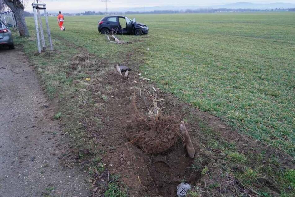 Der schwer beschädigte Mazda kam auf einem Feld zum Stehen. Die Frau hatte sich mit dem Auto überschlagen.
