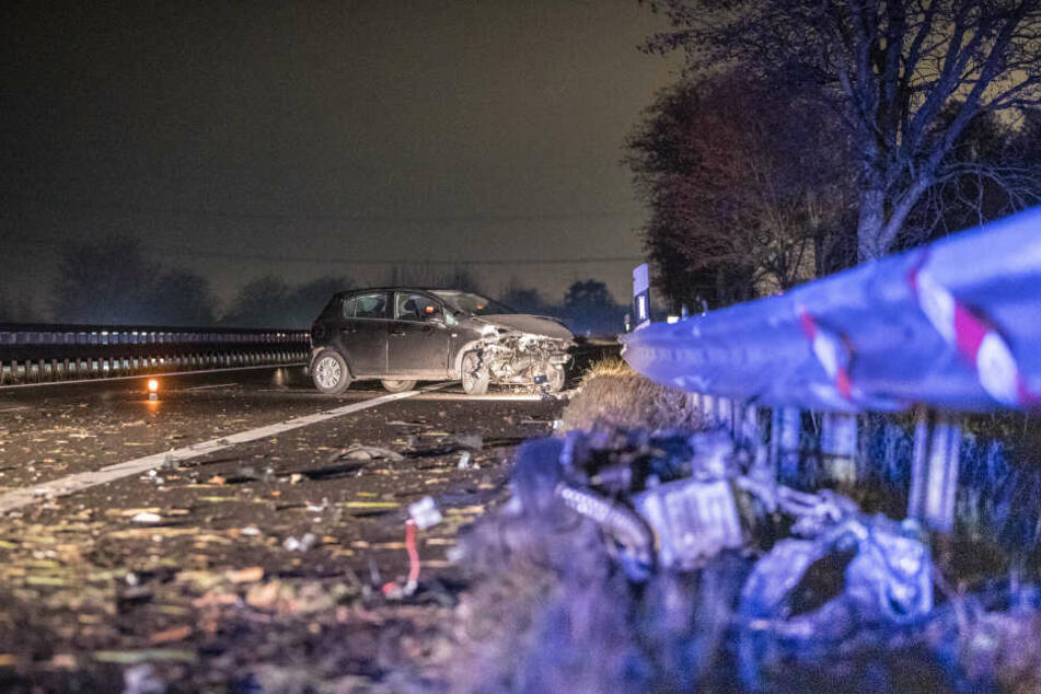 Trümmerteile liegen nach dem Unfall auf der Autobahn 25.
