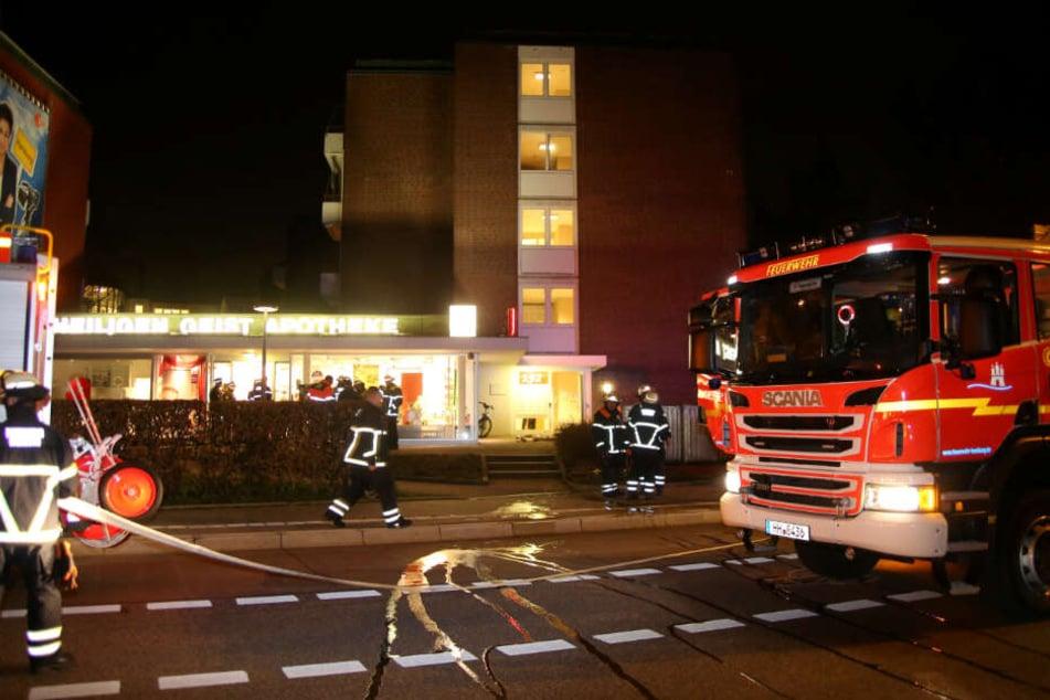 Die Feuerwehr bereitet ihren Einsatz vor.