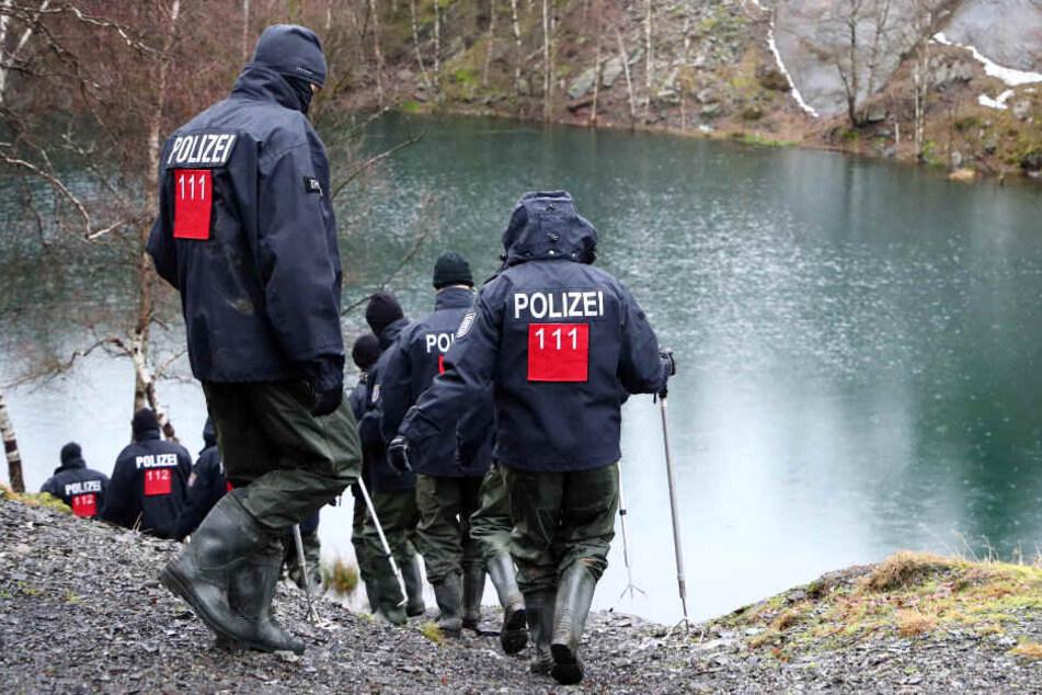 Die Polizei suchte tagelange akribisch nach Hinweisen an dem kleinen See in Südthüringen.