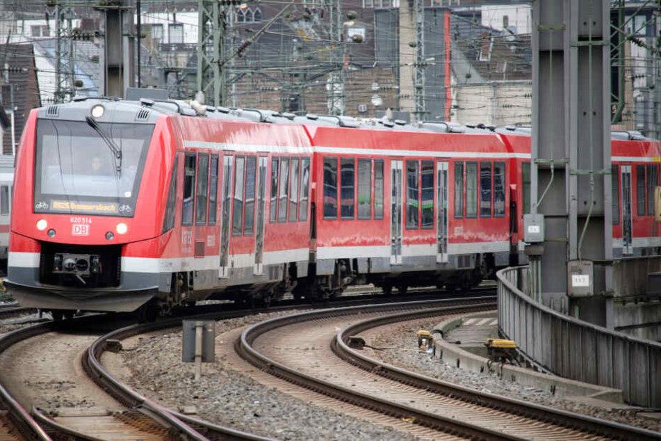 Köln: Ein Zug der VAREO Regionalbahnlinien der Deutschen Bahn fährt in den Hauptbahnhof ein.