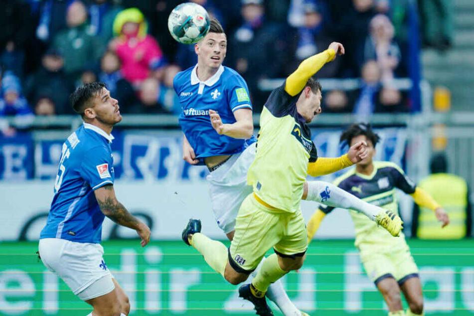 Spannende Schlussphase: Darmstadts Nicolai Rapp und Osnabrücks Benjamin Girth kämpfen um den Ball.