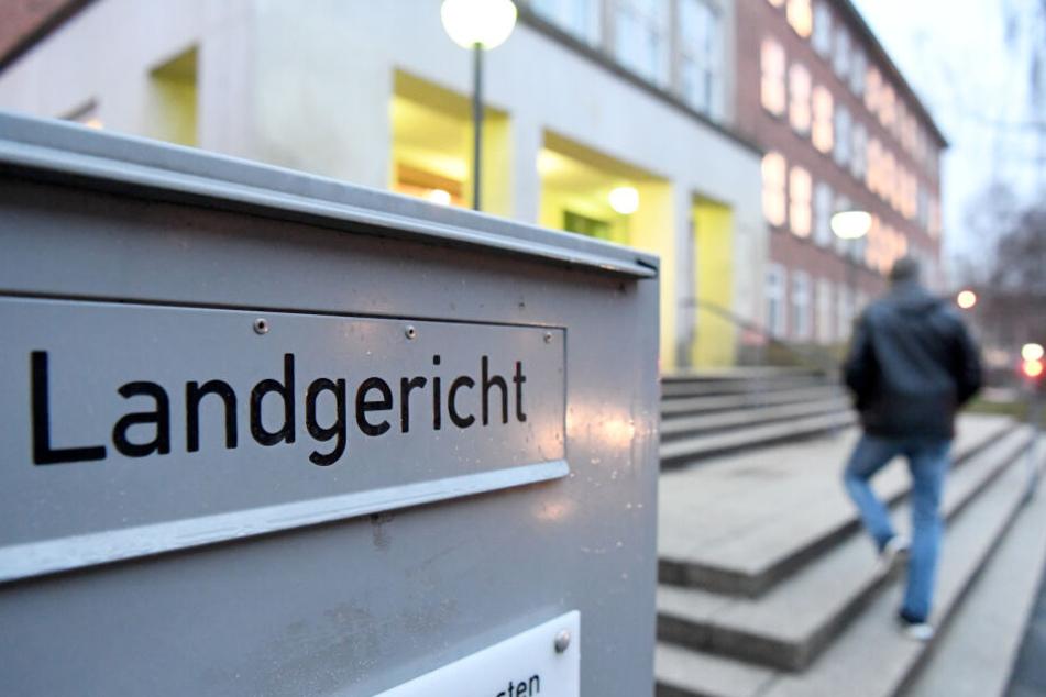 Ein Mann geht zum Kieler Landgericht: Von Dienstag an findet hier der Vergewaltigungs-Prozess statt.