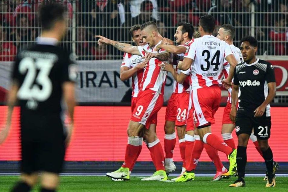 Unions Spieler bejubeln das 3:0 von Sebastian Polter (2.v.l.).