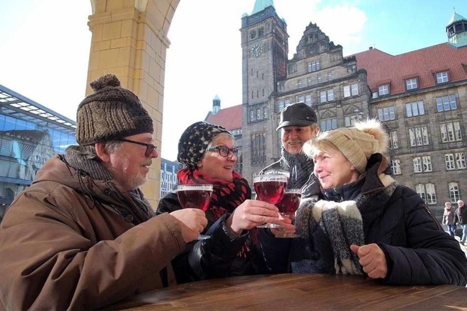 Was Heißes in der Kälte: Annegret (63, r.) und Ulrich Neubert (62, 2.v.r.) lassen sich mit ihren Freunden Manfred (66, l.) und Janine Aurich (62) ein Glühbier vor dem Turmbrauhaus schmecken.
