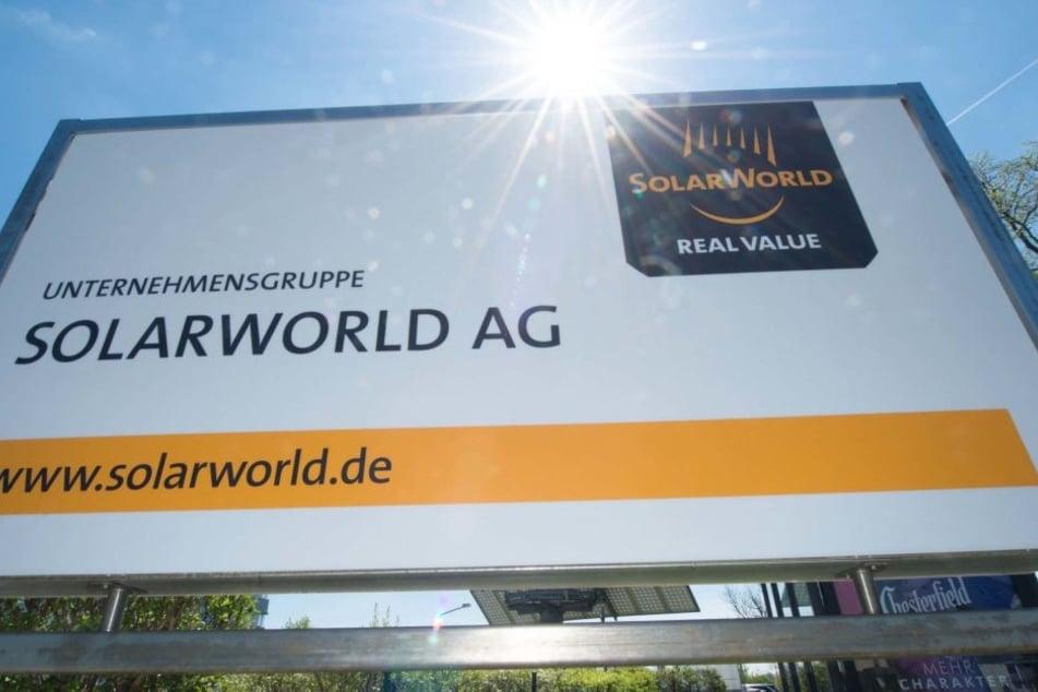 """Das """"Solarworld""""-Firmenlogo am Standort in Freiberg."""