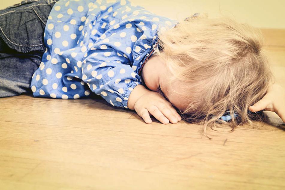 Als er auf das Kind aufpasste, nutzte er die Situation auf widerwärtige Weise aus. (Symbolbild)