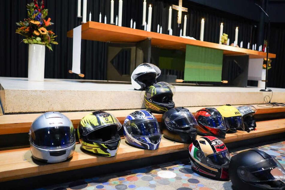 Vor dem Altar der Gedächtniskirche liegen symbolisch zu einem Kreuz geformte Helme für die im Verkehr getöteten Motorradfahrer.