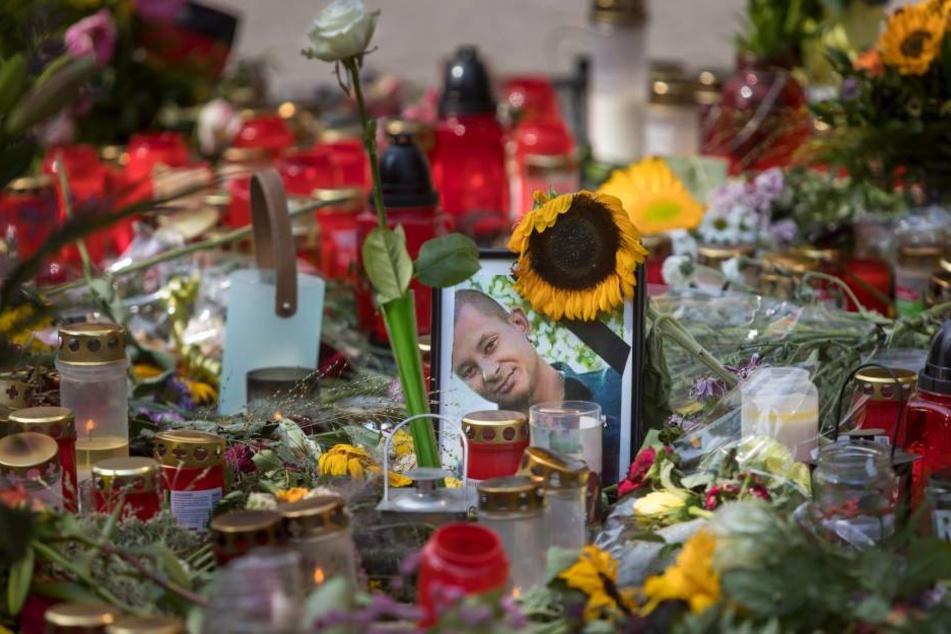 Die Stelle, an dem Daniel H. getötet wurde, ist mit Blumen und Gedenkkerzen übersät.