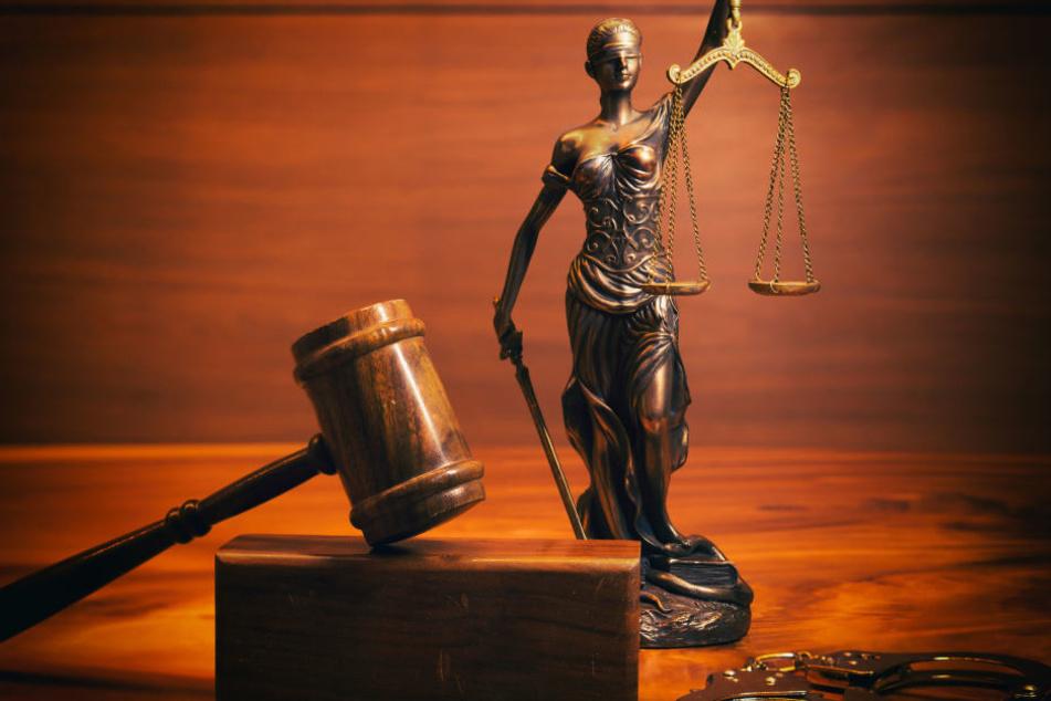 Für den brutalen Überfall auf eine Seniorenpaar müssen sich vier Angeklagte jetzt vor Gericht verantworten. (Symbolbild)