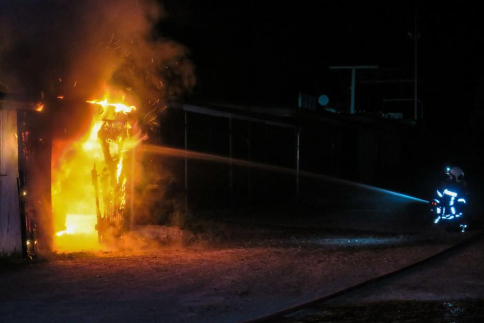 Die Flammen und der Rauch beschädigten noch weitere Garagen.