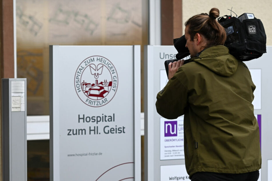 Ein Kameramann filmt den Eingang zur Klinik, in der die falsche Ärztin praktizierte.