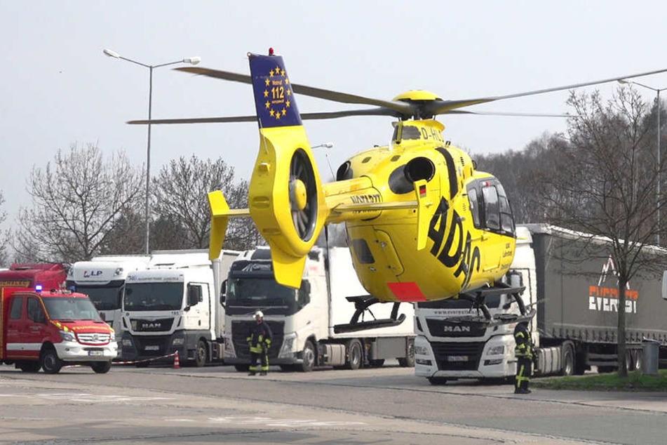 Der schwer verletzte Fahrer kam mit dem Rettungshubschrauber ins Krankenhaus.