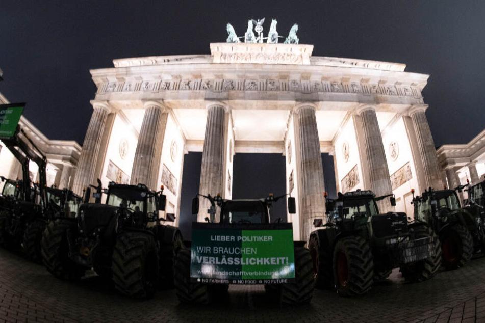 Bauern mit ihren Traktoren stehen vor dem Brandenburger Tor.