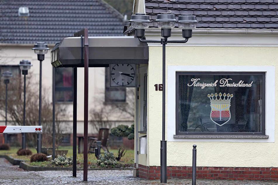 """Der neue Besitzer des ehemaligen Krankenhauses hat Ärger mit den Bewohnern des """"Königreichs Deutschland""""."""
