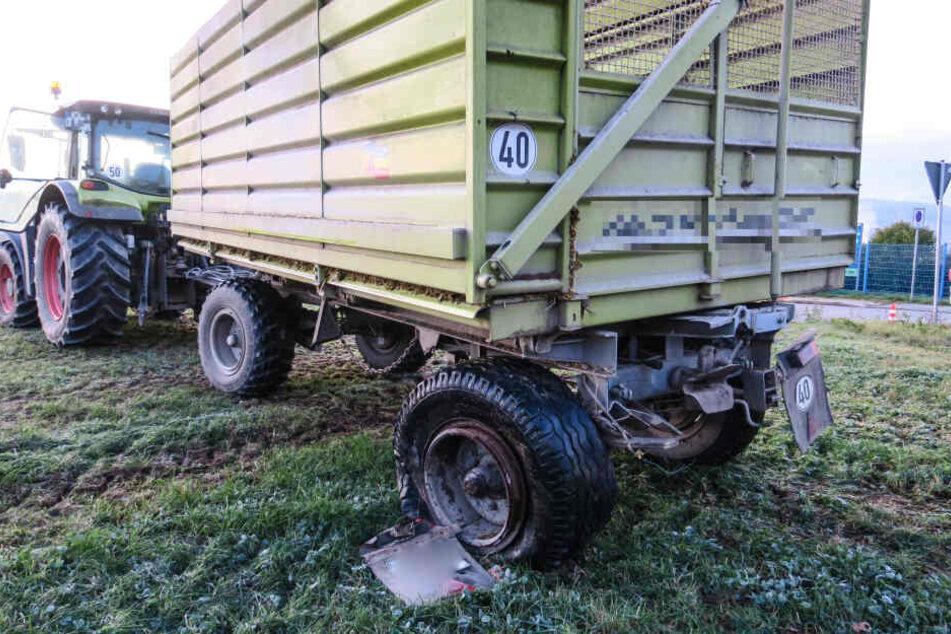 Der Anhänger des Traktors: Ein Reifen ist durch den Unfall beschädigt worden.