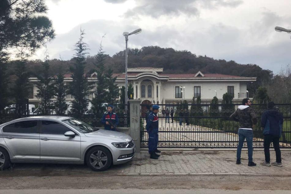 Das Gelände dieser Luxus-Villa durchsuchten die Ermittler