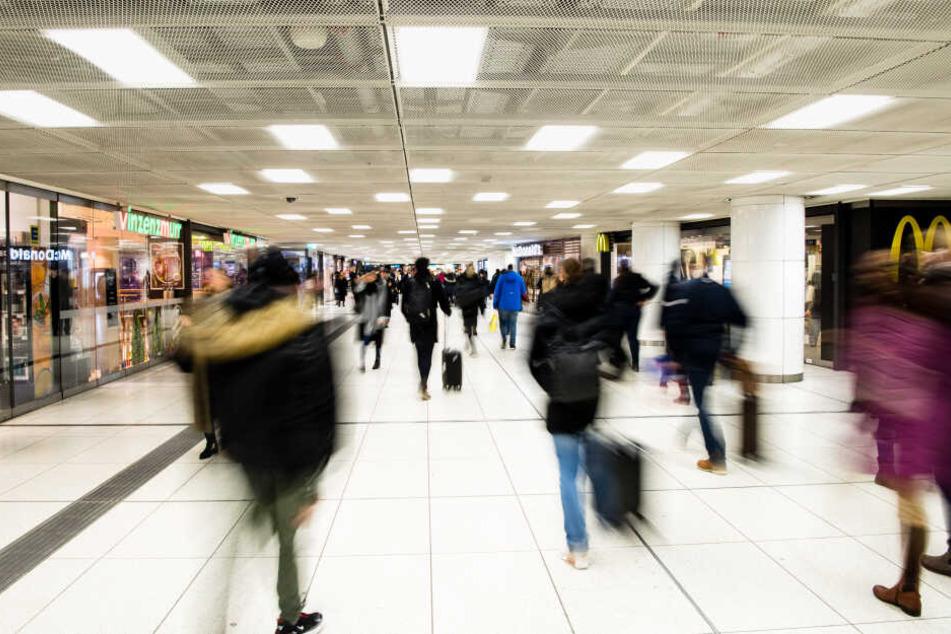 Am frühen Morgen war ein Polizist bei einer Kontrolle im Untergeschoss des Hauptbahnhofs von hinten mit einem Messer angegriffen und schwer verletzt worden.