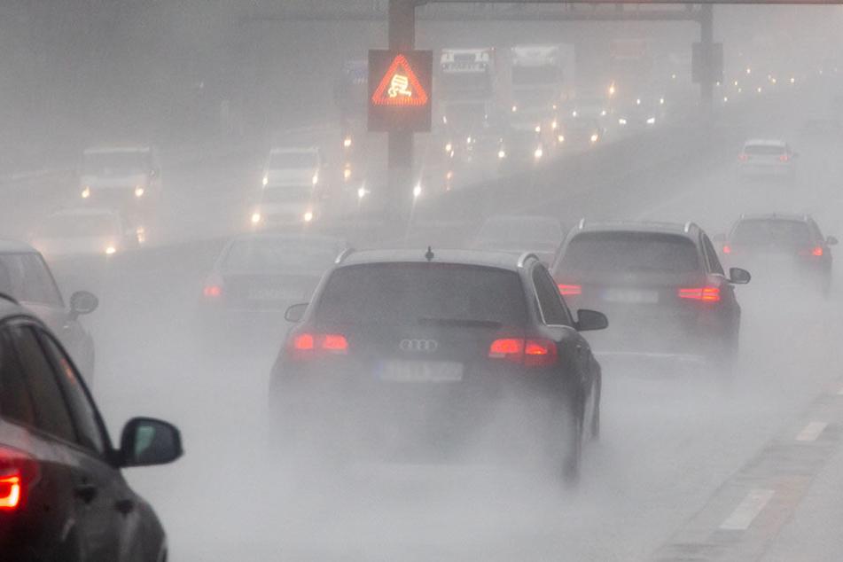 Bei Starkregen sind am Samstagabend auf der A4 Chemnitz-Dresden in Mittelsachsen vier Fahrzeuge verunglückt.