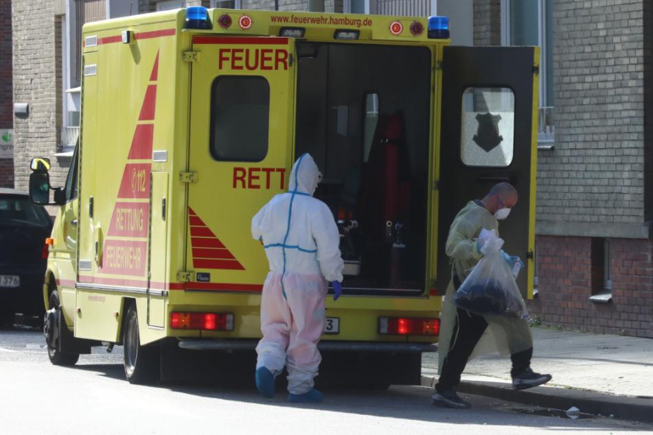Der infizierte Obdachlose steigt aus dem Rettungswagen aus.
