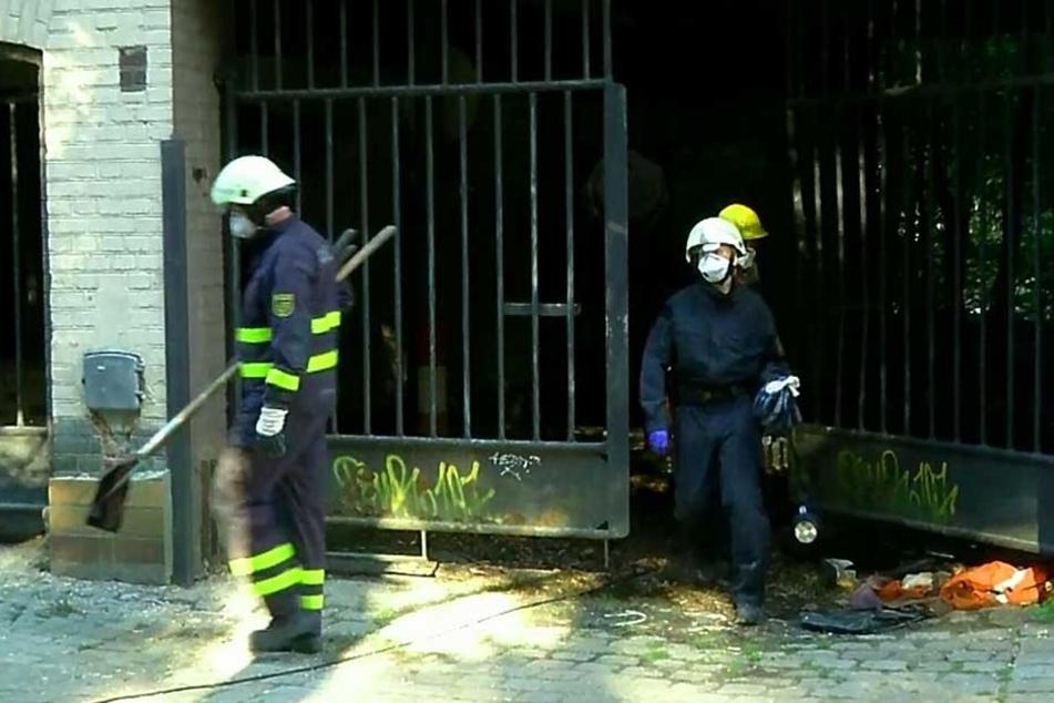 Bis spät in die Nacht wurde in der Brandruine gearbeitet.