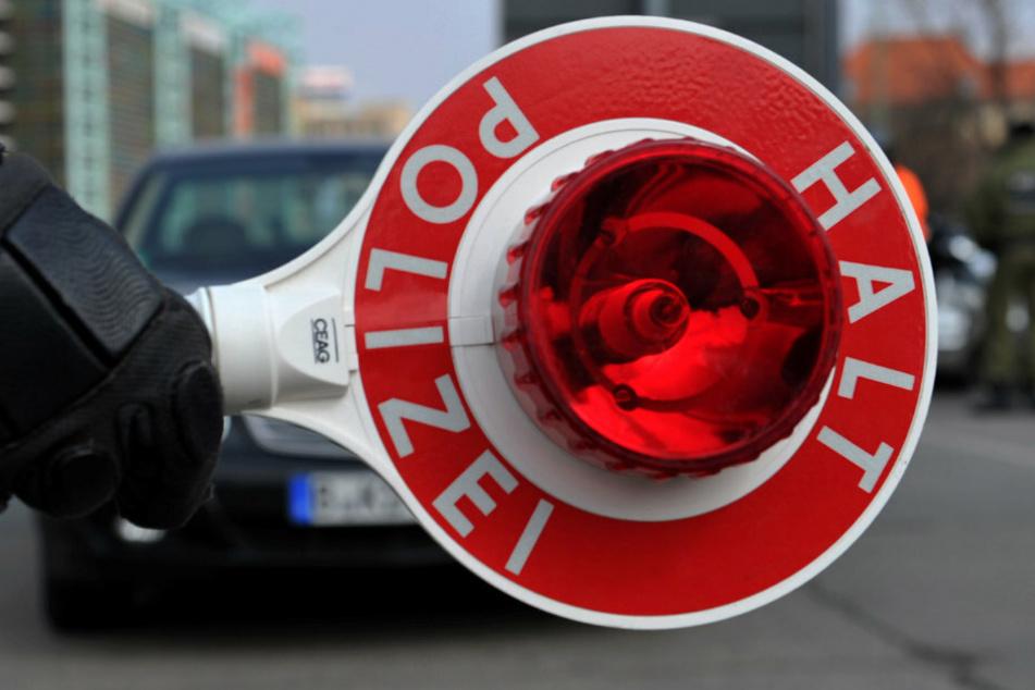 Berlin: Polizistin will Autofahrer kontrollieren, dann wird es schmerzhaft