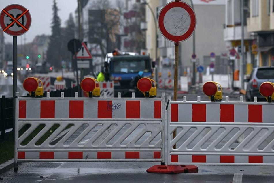 Die Straße musste wegen eine geplatzten Trinkwasserleitung gesperrt werden (Symbolbild).