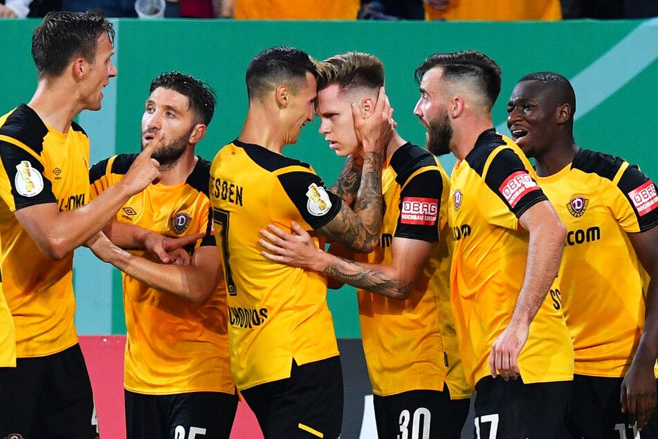 Jubel nach der erneuten Führung und zugleich Entscheidung: Panagiotis Vlachodimos (3.v.l.) spielte Julius Kade (3.v.r.) mit einem Lupfer frei und der Mittelfeldmann vollendete kurz vor Abpfiff zum 2:1 für Dynamo.