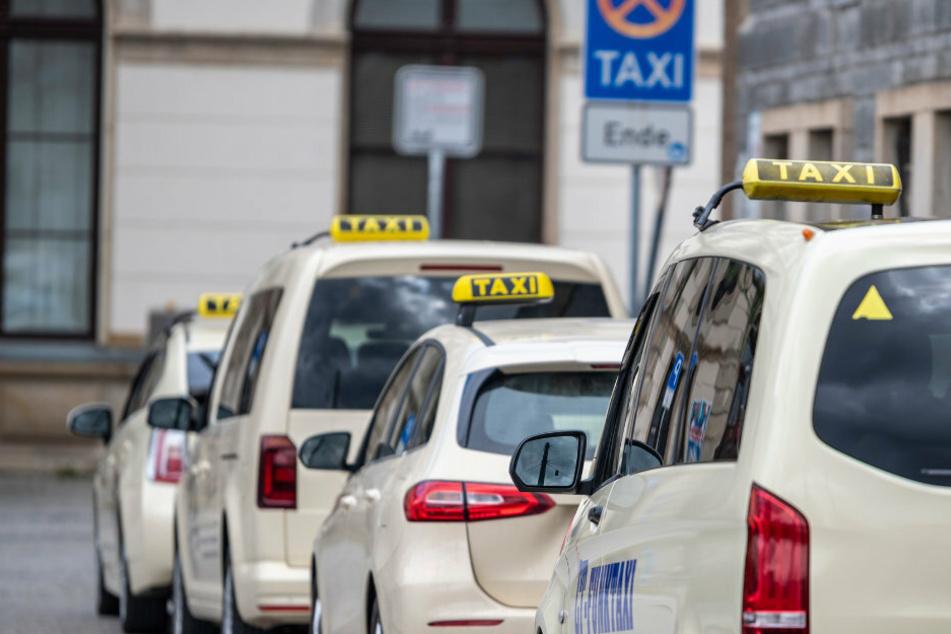 Taxis stehen auf der Straße. (Symbolbild)