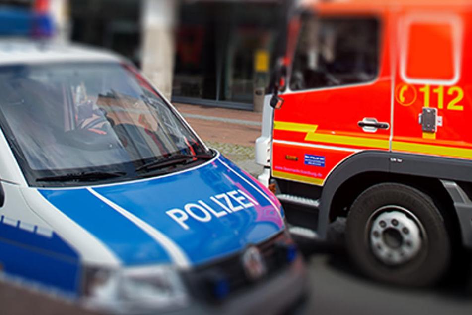 Mehrere Einsatz- und Rettungskräfte sind vor Ort und bereiten die Bergung des Fahrzeugs vor. (Symbolbild)