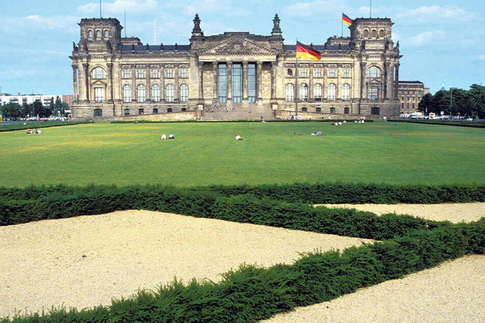 Der Berliner Reichstag war 1994 noch ohne Kuppel. Nach der Eröffnungssitzung wurde er für mehrere Jahre zur Baustelle.